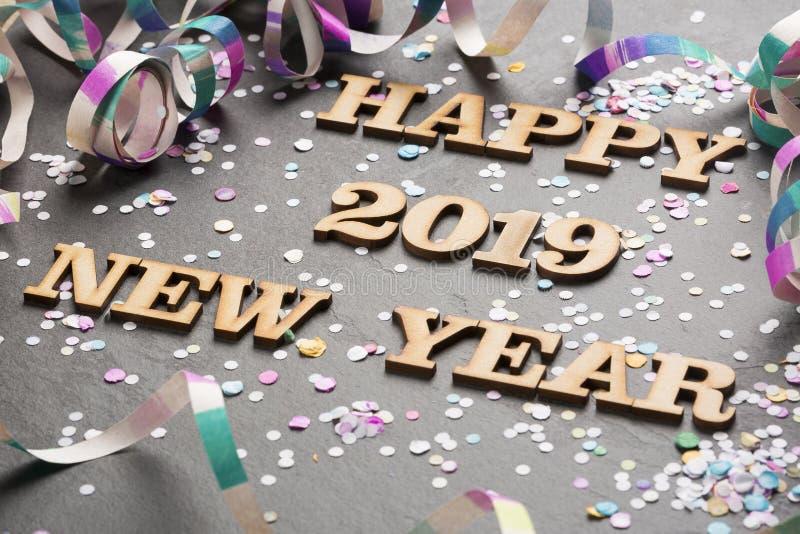 С Новым Годом! 2019 - письма на древесине и черной предпосылке стоковые фото