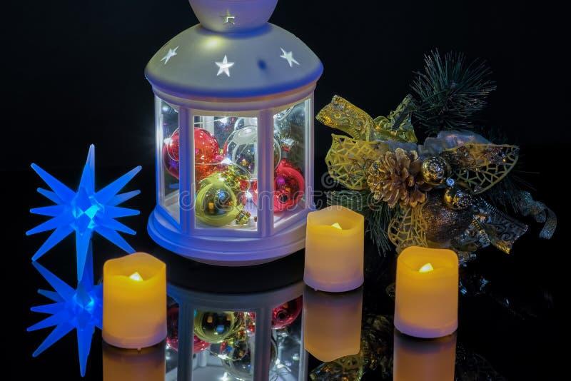 С Новым Годом! со свечами электрофонаря и елевой ветвью стоковое фото