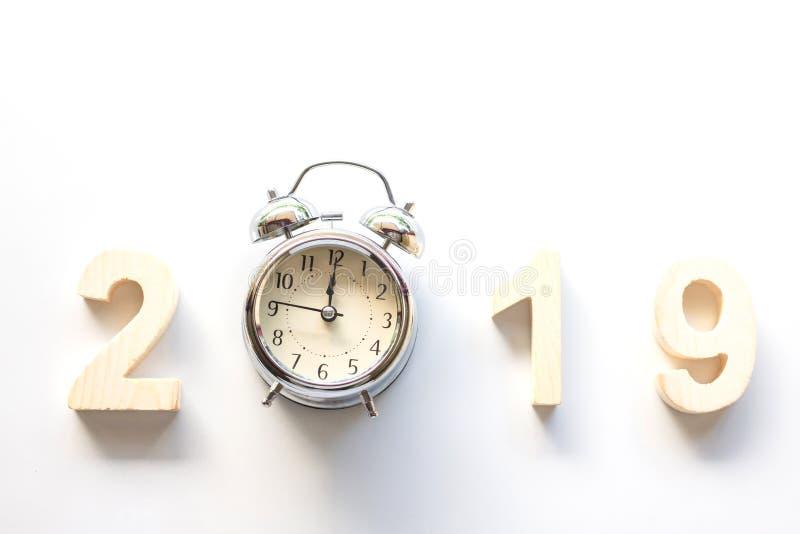 2019 С Новым Годом! с часами на белой предпосылке таблицы, год сбора винограда стоковое изображение rf