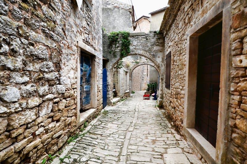 Сдобренная средневековая улица в старой деревне в Istria, Хорватии стоковые фото