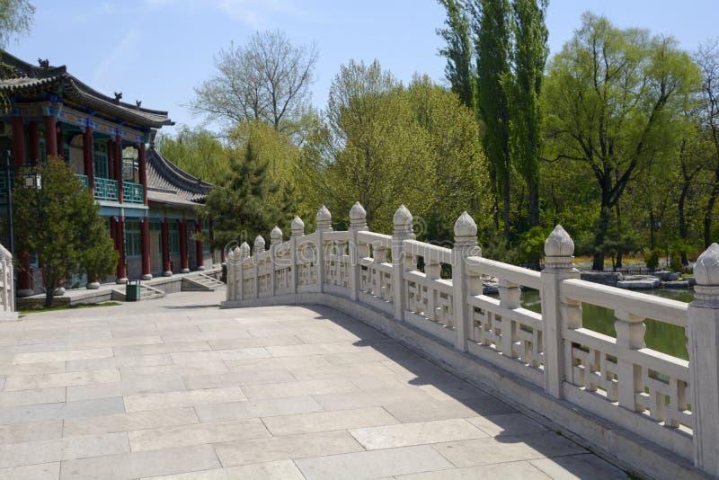 Сдобрите перила моста в архитектуре сада китайского стиля стоковая фотография