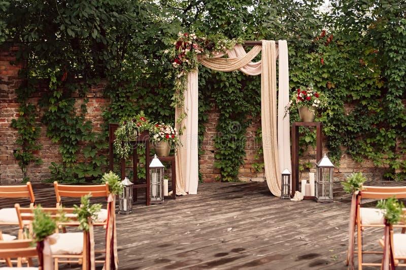 Сдобрите для свадебной церемонии, украшенной растительности цветков ткани, стоковые фотографии rf