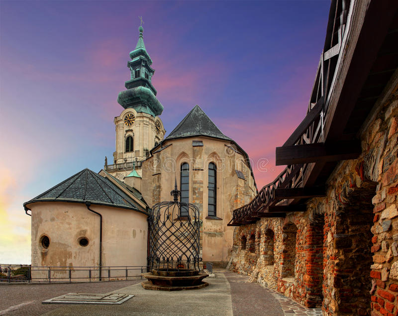 Словакия - замок Nitra на заходе солнца стоковое изображение rf