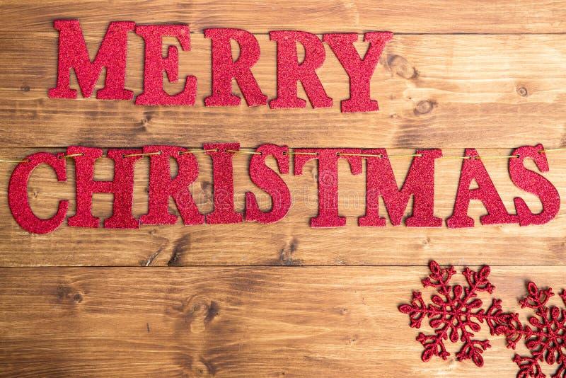 Слова с Рождеством Христовым и большие снежинки стоковые изображения rf
