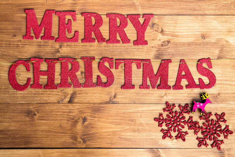 Слова с Рождеством Христовым и большие снежинки стоковые фотографии rf
