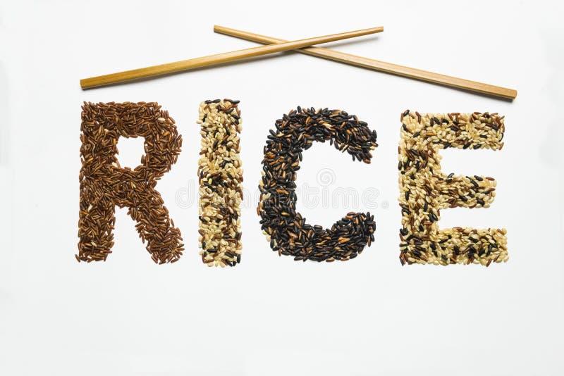 Слово риса написанное с различными семенами риса стоковая фотография
