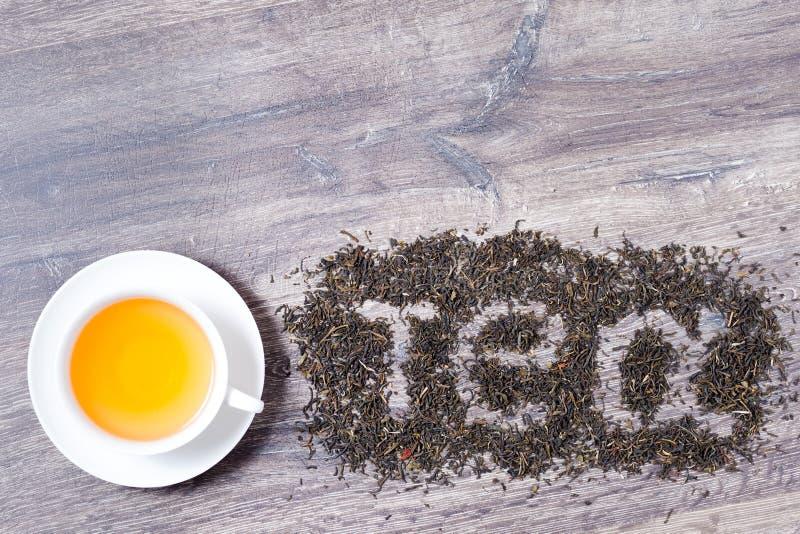 Слово чая сделанное из листьев зеленого чая стоковые изображения