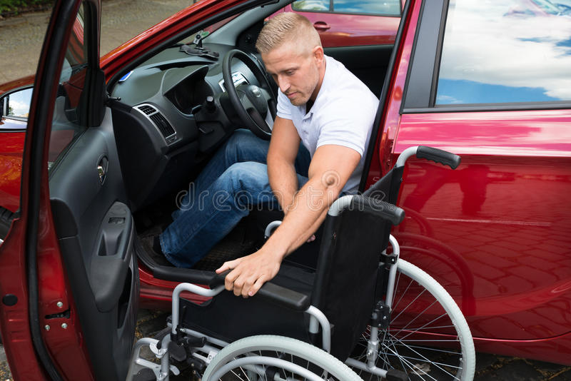 С ограниченными возможностями водитель автомобиля с кресло-коляской стоковые фотографии rf