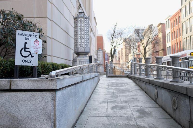 С ограниченными возможностями доступный пандус в городских условиях стоковое фото