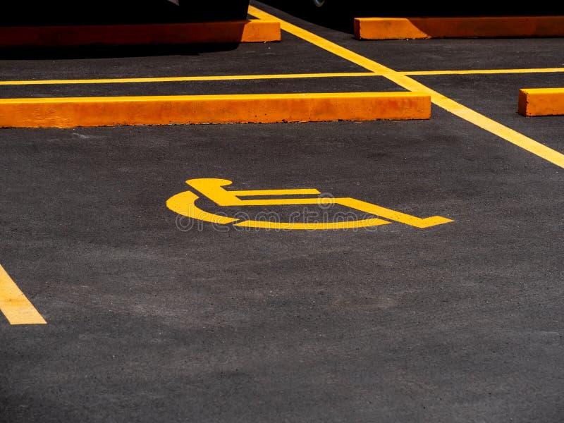 С ограниченными возможностями стоянка зарезервированная для инвалидов стоковое фото rf