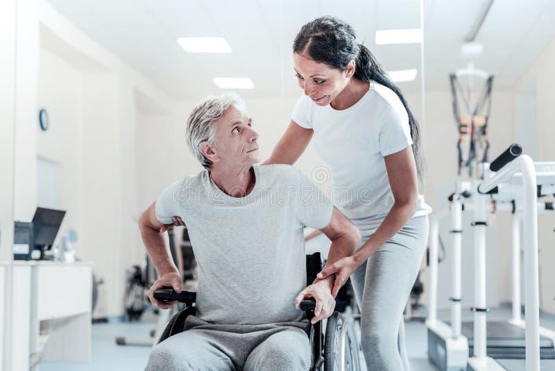С ограниченными возможностями человек сидя в кресло-коляске стоковые изображения