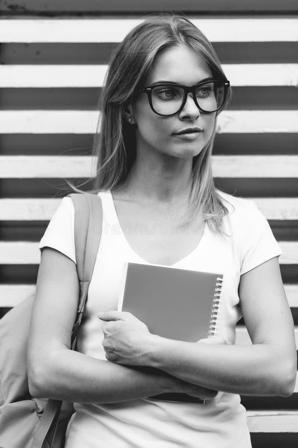 Сложенная молодая женщина подготовляет atfence стоек Черн-белое фото стоковая фотография rf