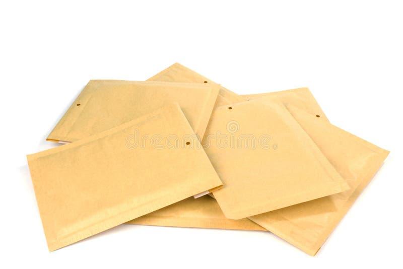 Сложите различным конверты доставки или упаковки размера выровнянные пузырем стоковые фотографии rf