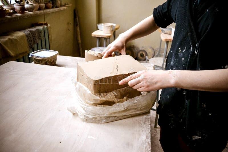 Слои вырезывания глины соединяют для ваять в мастерской ` s гончара стоковое изображение