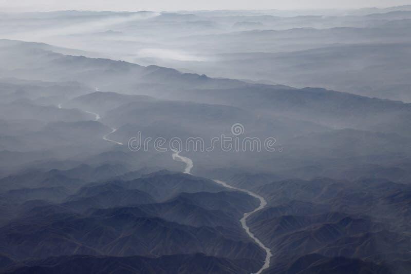 Слои горы и ландшафта реки красивого стоковая фотография rf