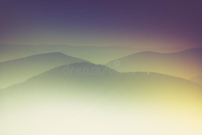 Слои горы и помоха в долинах стоковое фото