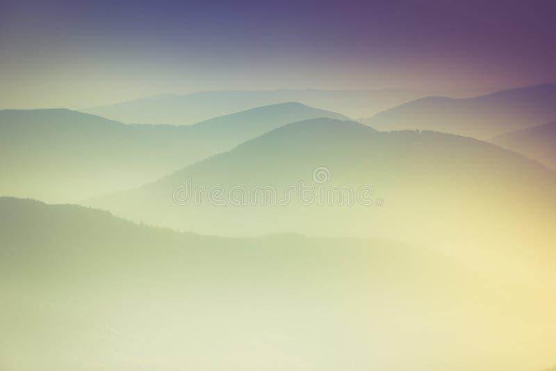 Слои горы и помоха в долинах стоковое изображение rf