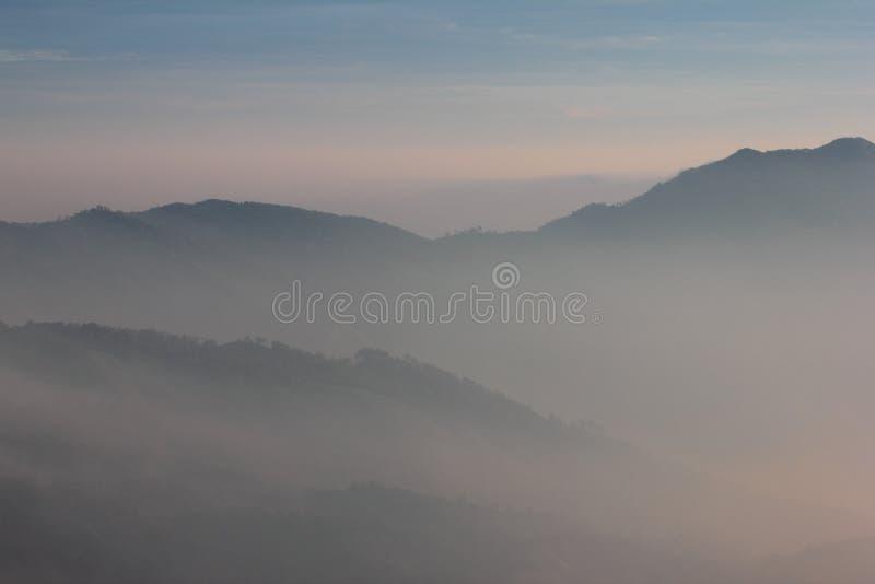 Слои горы покрытые с туманом стоковое фото