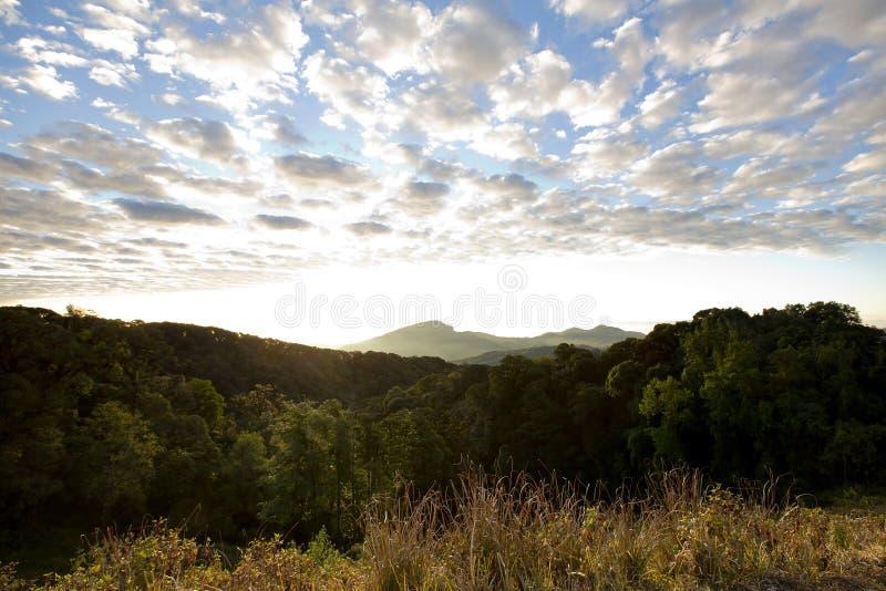 Слои гор и тумана на восходе солнца стоковая фотография