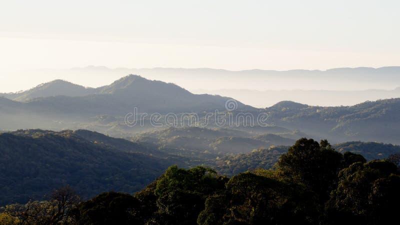Слои гор и тумана на восходе солнца стоковое изображение