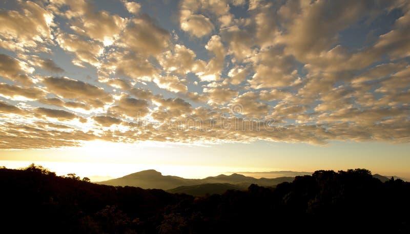 Слои гор и тумана на восходе солнца стоковое фото rf