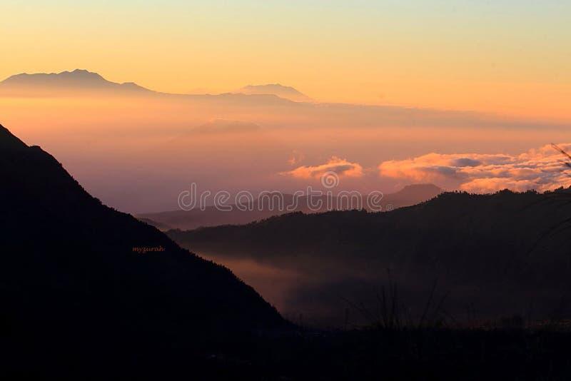 Слои и текстуры гор и облаков стоковое фото