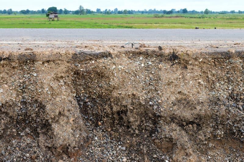 Слои почвы под дорогой и рисовыми полями стоковое фото