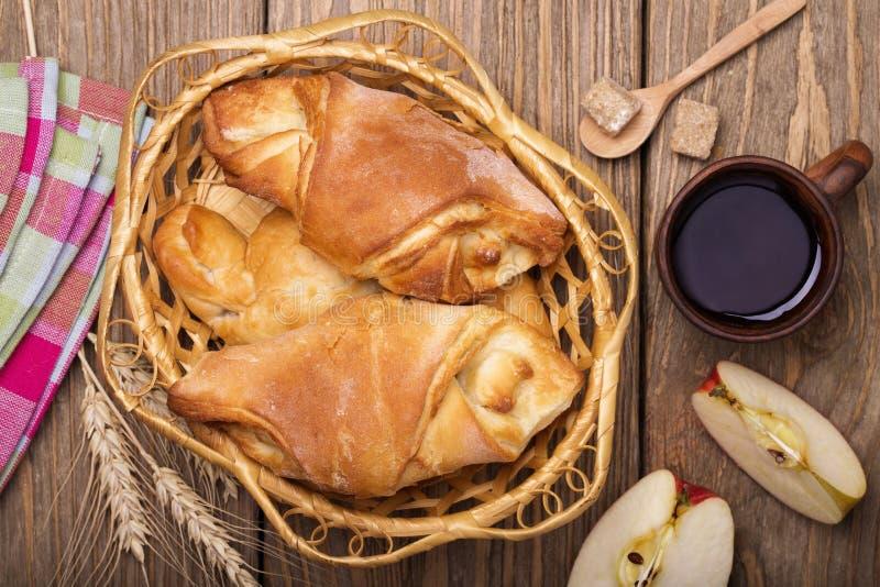 Слойки с яблоками в конце корзины вверх стоковая фотография