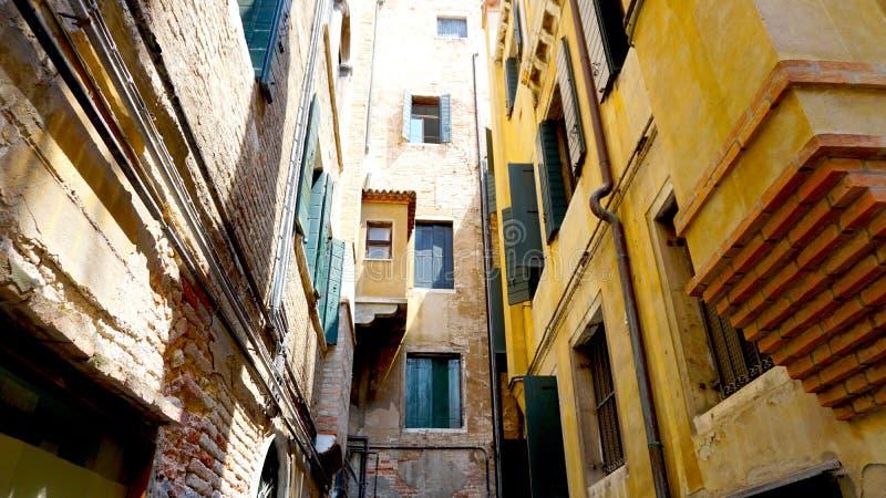 Слой старого здания в старом городке Венеции стоковое фото rf
