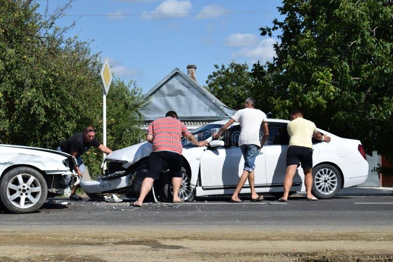 сломанный аварией фокус водителя автомобиля около отражательного предупреждения тельняшки треугольника безопасности дороги стоковое фото rf