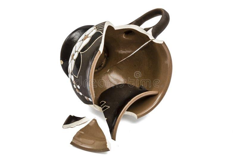 Сломленная кофейная чашка, изолированная на белизне, с путем клиппирования стоковое изображение
