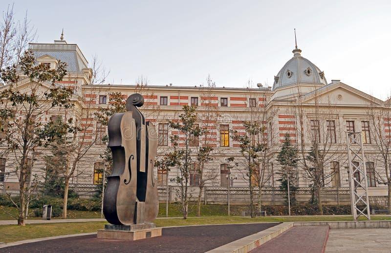 Сломленная скульптура скрипки на Coltea, Бухаресте, Румынии стоковое изображение
