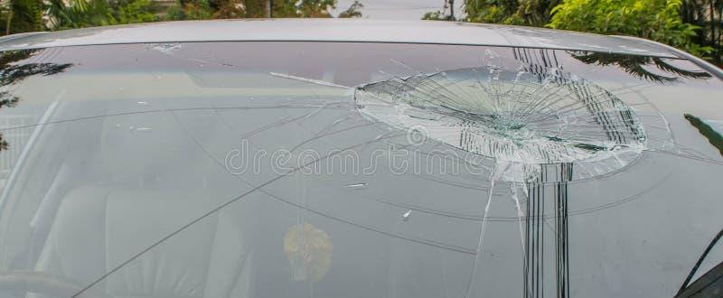 сломленное лобовое стекло автомобиля стоковое фото