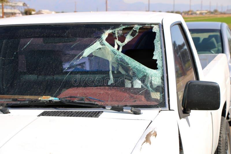 Сломленное лобовое стекло в автомобильной катастрофе стоковое изображение rf