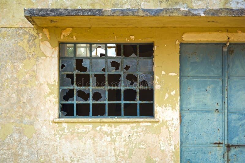 Сломленное окно в выдержанной бетонной стене стоковая фотография rf