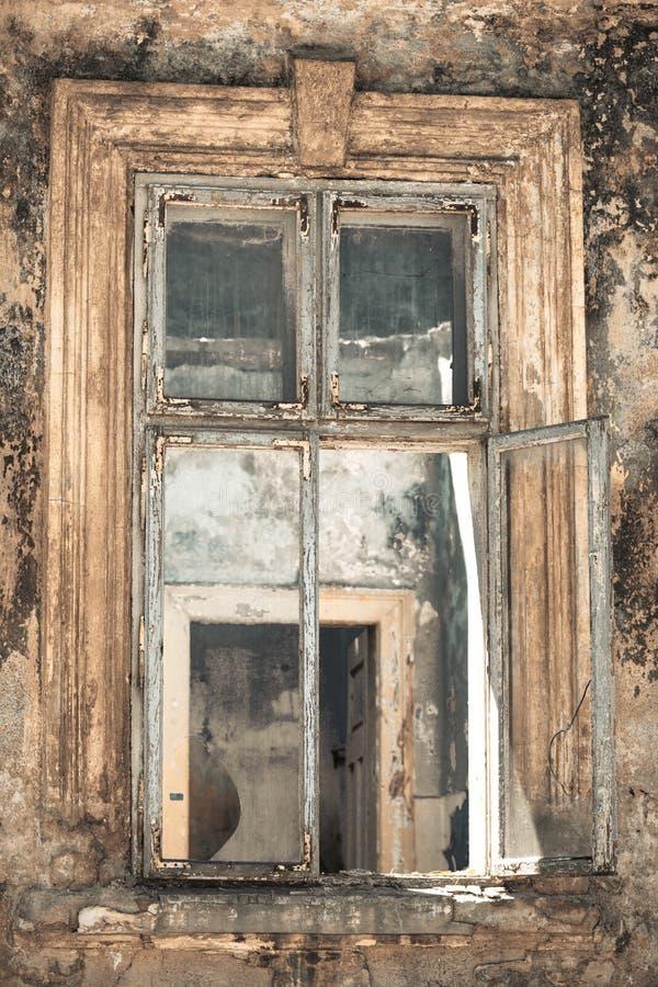 Download сломленное окно стоковое изображение. изображение насчитывающей старо - 41654081