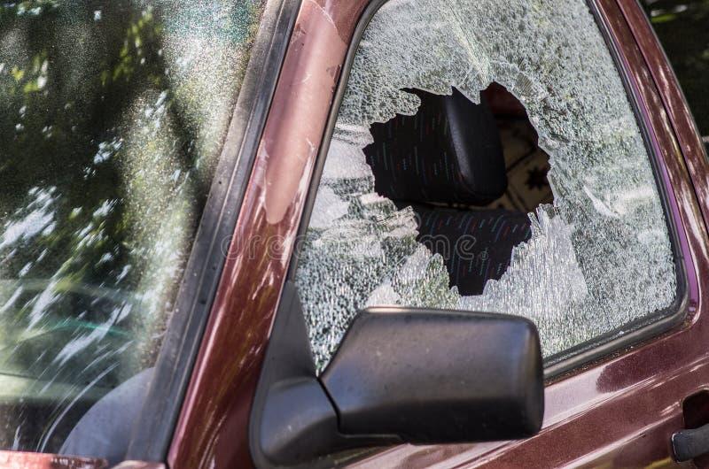 сломленное стекло автомобиля стоковое изображение