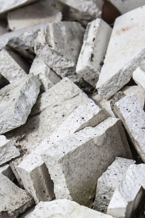Сломленные белые плитки стоковые изображения rf