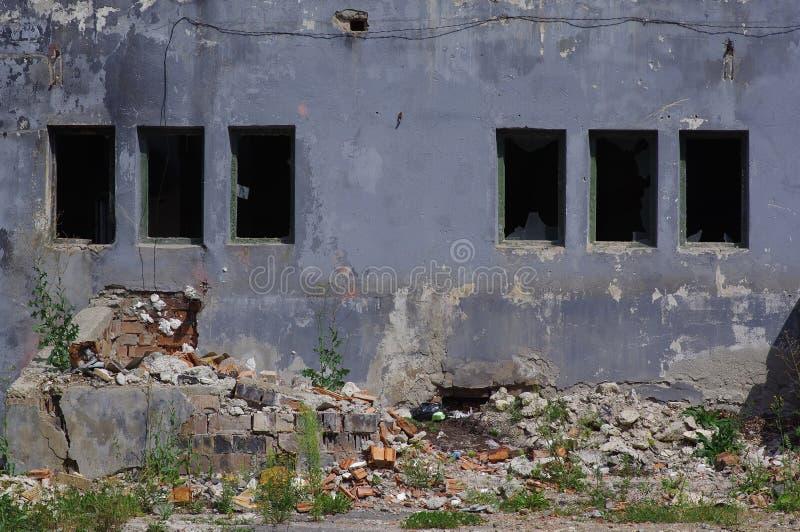 Сломленные окна покинутой фабрики стоковое фото rf