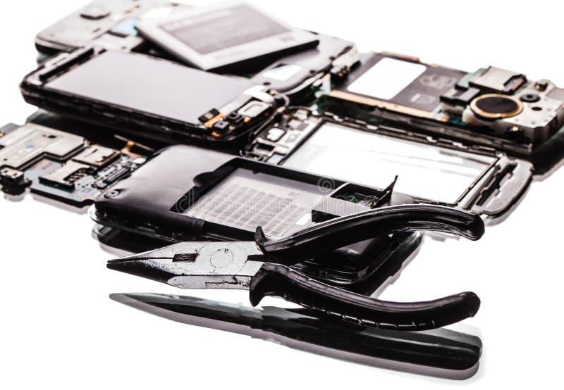 Сломленные телефоны и крупный план плоскогубцев стоковое изображение rf