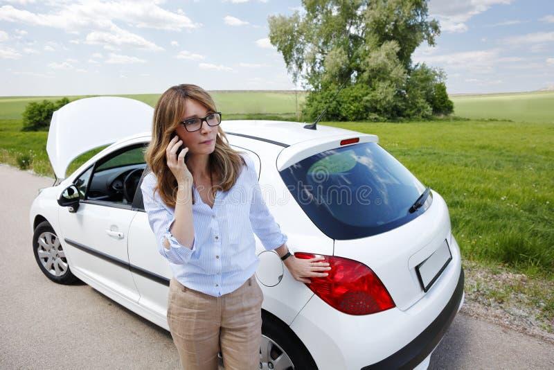 сломленный автомобиль вниз ее женщина стоковые фото