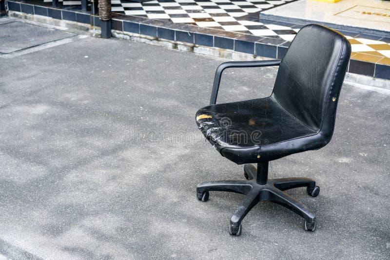 Сломленный кожаный стул стоковое изображение