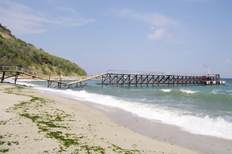 Сломленный мост на пляже стоковое изображение rf
