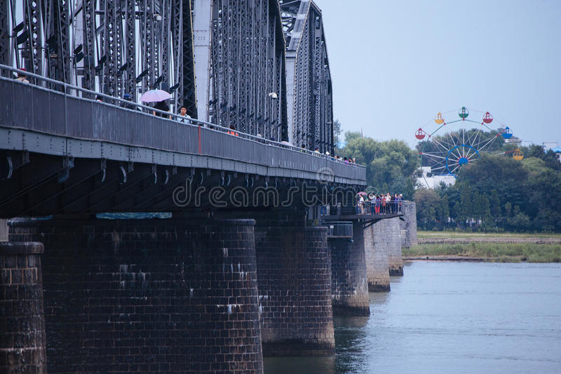 Сломленный мост на Реке Ялуцзян стоковое изображение