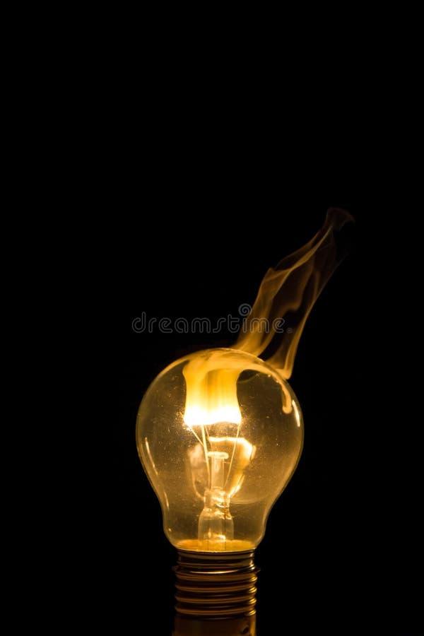Сломленный ожог электрической лампочки вне с пламенем стоковая фотография rf