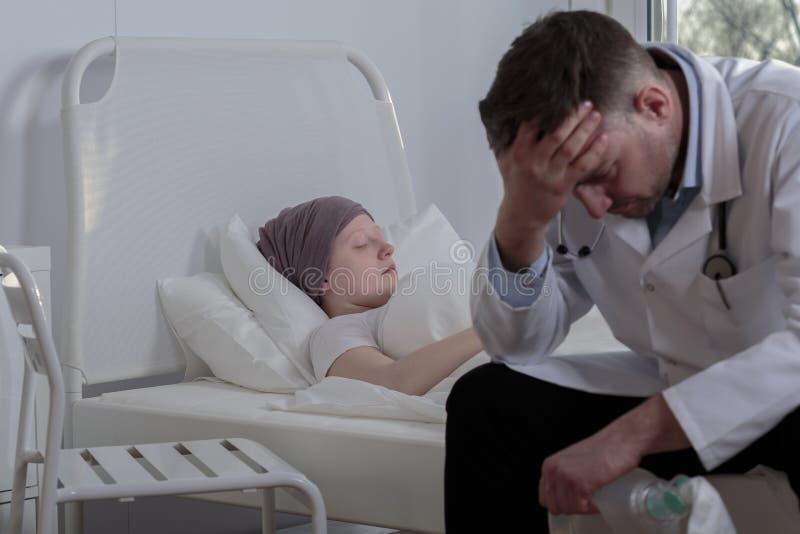 Сломленный доктор с его пациентом стоковое изображение