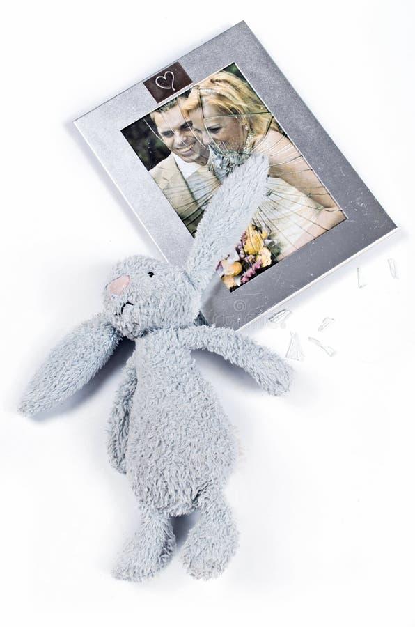 фигура отражает упала и разбилась рамка с фотографией свадебной славянский