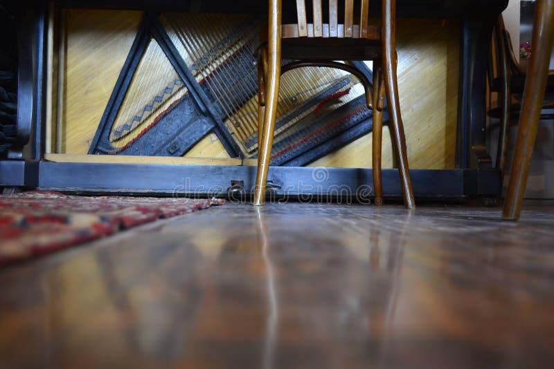 сломленный рояль стоковые фотографии rf