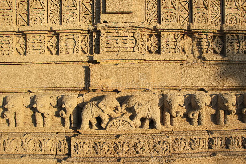 Слоны на панели стены стоковые фотографии rf