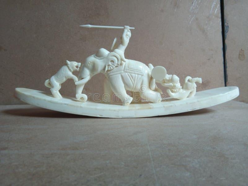 Слон и тигр косточки звероловства стоковое изображение rf